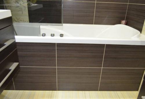 Установка экрана под ванну с отделкой плиткой в Москве