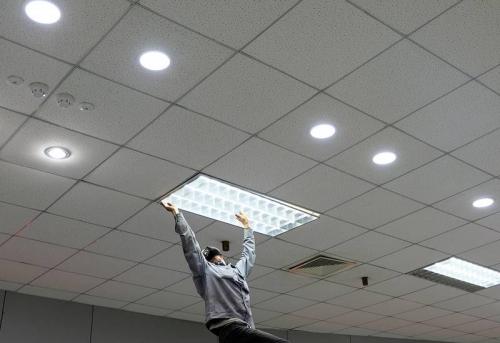 """Установка светильников в потолок """"Армстронг"""" в Москве"""