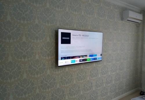 Установка телевизора без поворотного механизма на стену в Москве