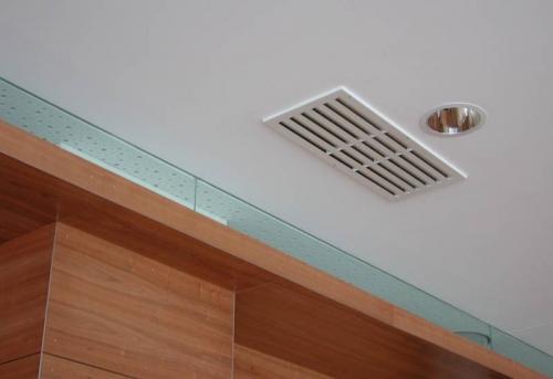 Установка вентиляционной решетки в натяжной потолок в Москве
